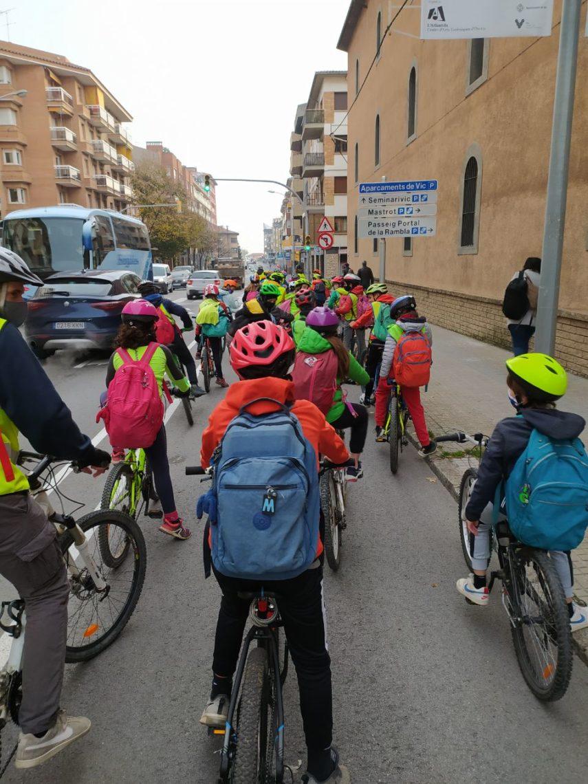 nens-amb-bicicleta-a-lescola