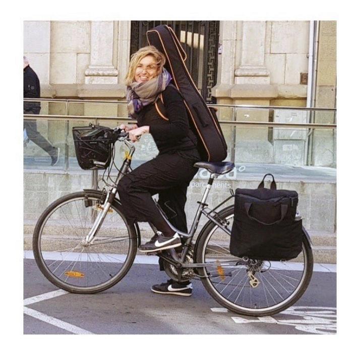 helena-vilardell-amb-bicicleta