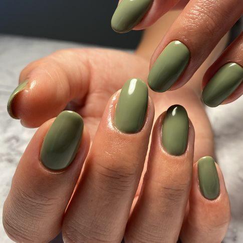 manicura-color-verd-oliva